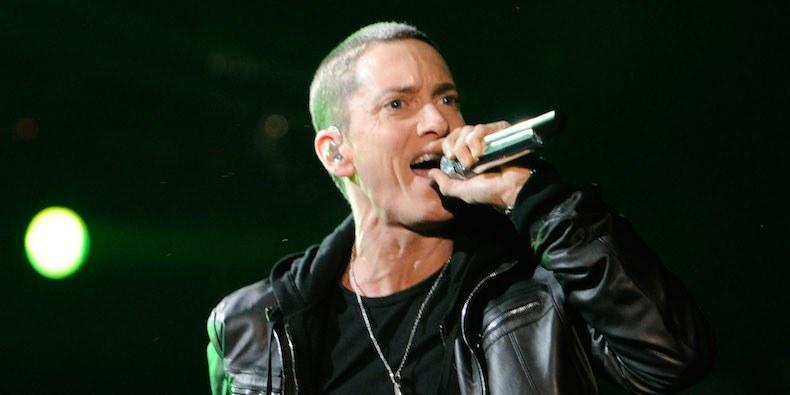 Ünlü rap şarkıcısı Eminem yeni bir albüm sürprizi yaptı.