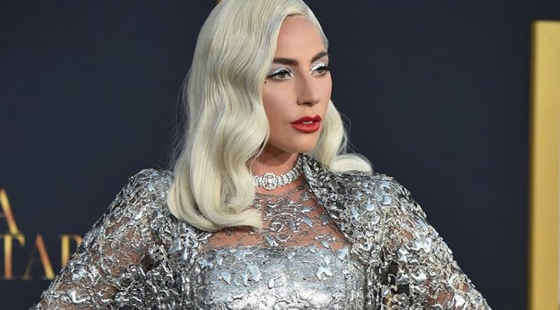 Ünlü şarkıcı Lady Gaga herkesin aksine kaşlarını beyazlatarak yeni bir akıma kapı açtı.