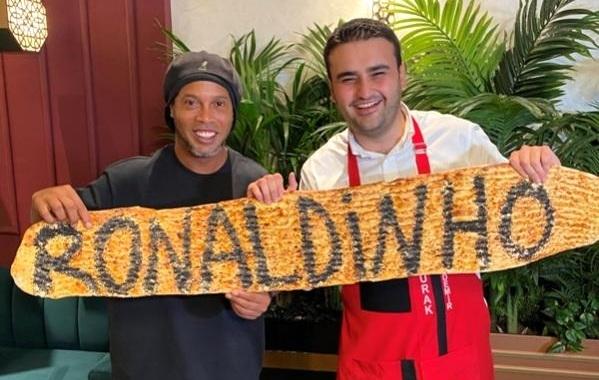 Ronaldinho, CZN Burak'ın yemeklerine hayran kaldı.